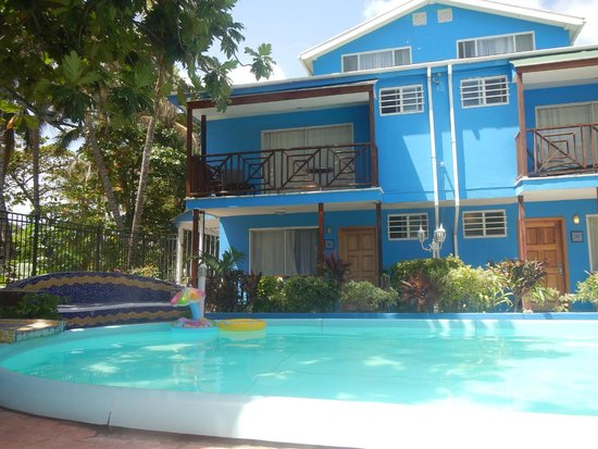 Cocoplum Beach Hotel: Fundo do Hotel e Piscina
