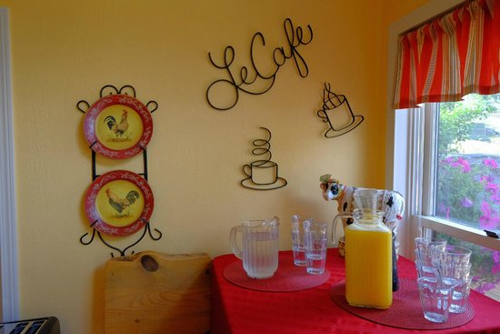 Black Bear Manor: The breakfast bar
