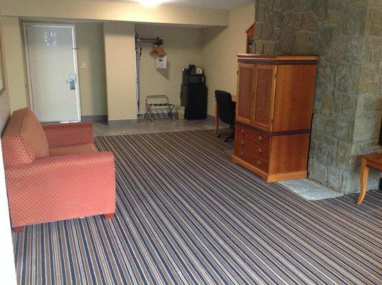 Travelodge Inn & Suites Gatlinburg on the River: Suite sitting area