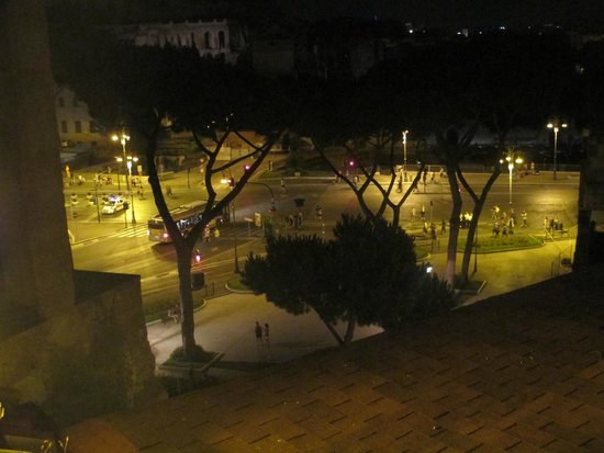 Hotel Forum Roma: Night view from the rooftop American Bar