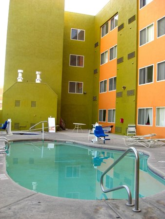 Baymont Inn & Suites Albuquerque Downtown: Tiny pool