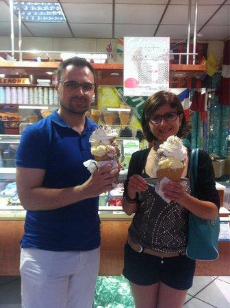 Gelateria Azzurro: Couple d'italiens, 10 boules chacun !