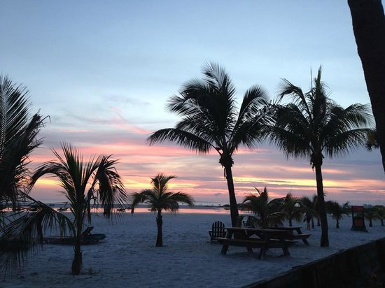 Outrigger Beach Resort: Beautiful sunsets!