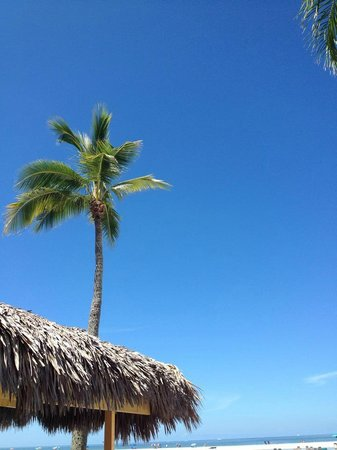 Outrigger Beach Resort: Blue sky and the beach!