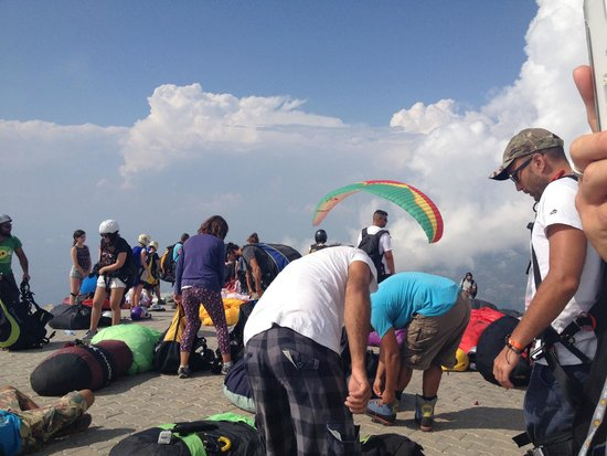 Oludeniz : Top of the crowded mountain for paragliding