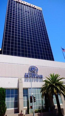Hilton Los Angeles Airport: Frente del hotel