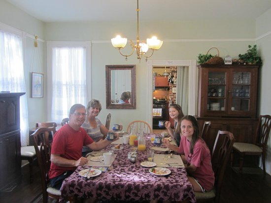 Victorian House: Breakfast in the dining room