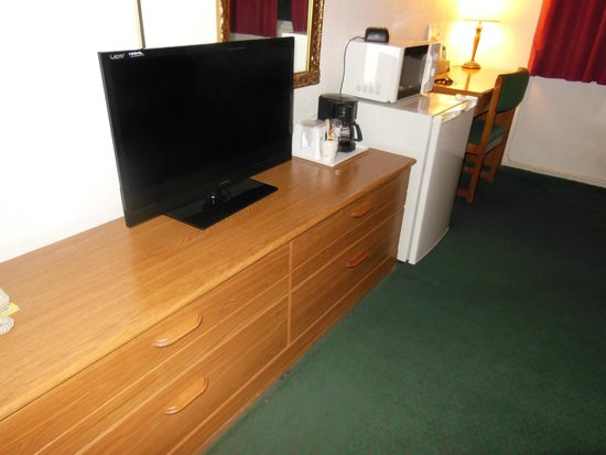 Travelodge Rawlins WY: TV, microwave, refrigerator
