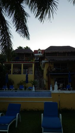 Hotel La Joya: Units on each side of the central stairs