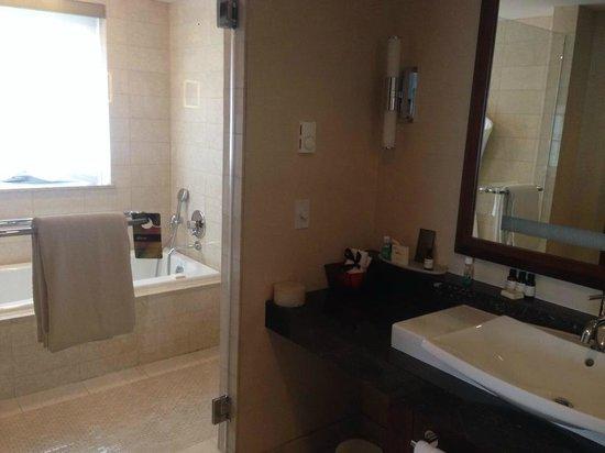 Battery Wharf Hotel, Boston Waterfront: Bathroom
