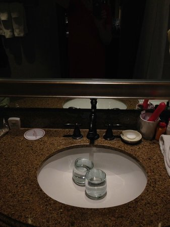 Hotel Contessa: Glasses in bathroom sink
