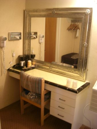 Garrett's Desert Inn: Dressing area next to bathroom