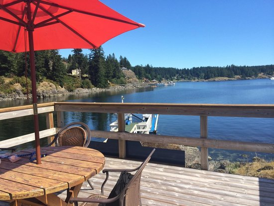 Gowlland Harbour Resort: Relaxing by the boat deck