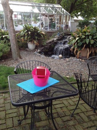 Brick House Cafe: PATIO SEATING