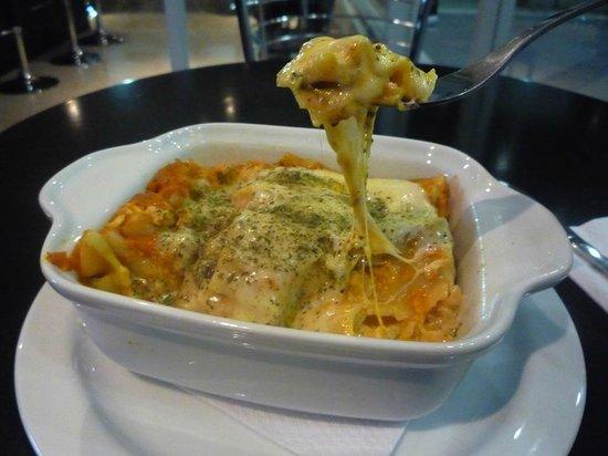 Sutu: Lasaña rellena con res o pollo, bañados con salsa pomodoro y grat