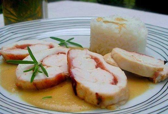 Sutu: Medallon de Pollo bañado en salsa de la casa