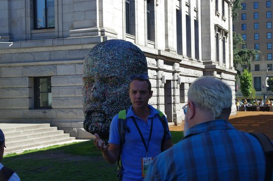 Tour Guys Vancouver: Ali in front of Gumhead at Vancouver Art Gallery