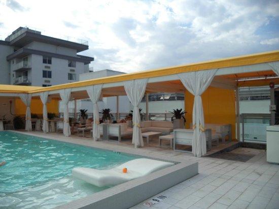 Leslie Hotel : Zona de mesas y sillones en la pileta