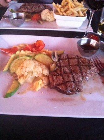 Le Grill Saint George's: le steak avec purée de pomme de terre et légume