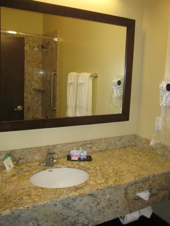 Best Western Plus Lacey Inn & Suites: Plenty of counter space & towels