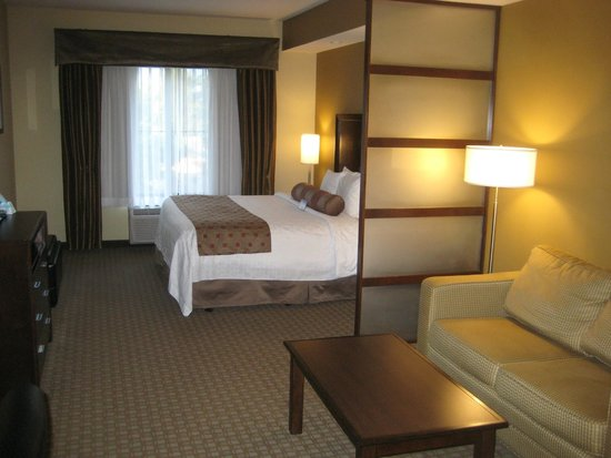 Best Western Plus Lacey Inn & Suites: Spacious room, comfortable bedding, quiet A/C
