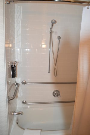 Kimpton Onyx Hotel: Weird set up of shower on this wall. Is it a room for disabled?  Not sure.