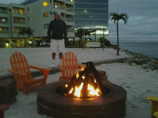 Sailport Waterfront Suites: firepit warmth