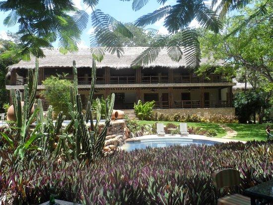 Hotel Hacienda Uxmal Plantation & Museum: al fondo se observa el hotel.