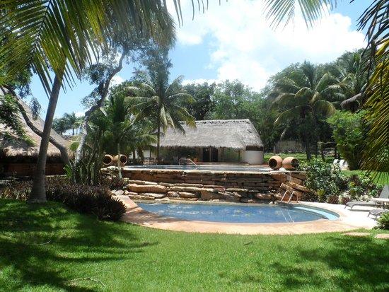 Hotel Hacienda Uxmal Plantation & Museum: area recreativa a un costado de restaurant