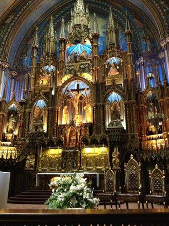 Basilique Notre-Dame de Montréal : Front of the church right side angle