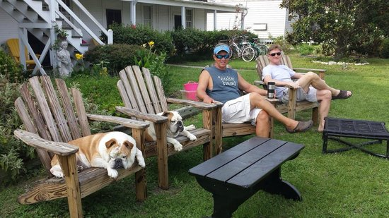 Island Inn: Relaxing on the lawn