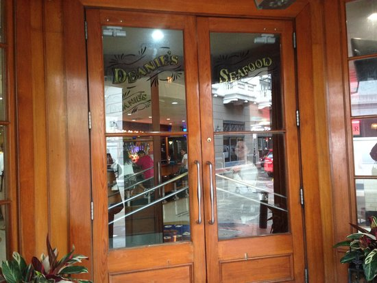 Deanie's Seafood: dining room