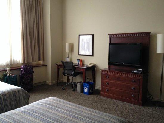 Le Square Phillips Hotel & Suites: Desk/Entertainment area