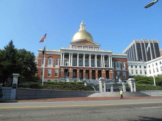 Boston Public Garden: Massachusetts State House