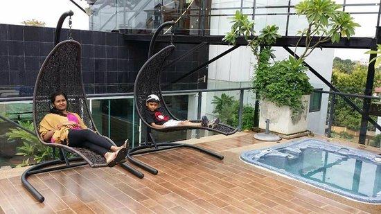 Rashmi's Plaza Hotel: The pool...