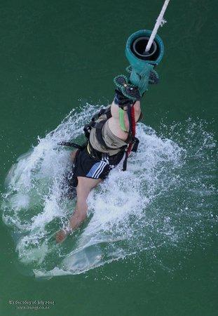 Auckland Bridge Bungy - AJ Hackett Bungy : getting dipped feels great...