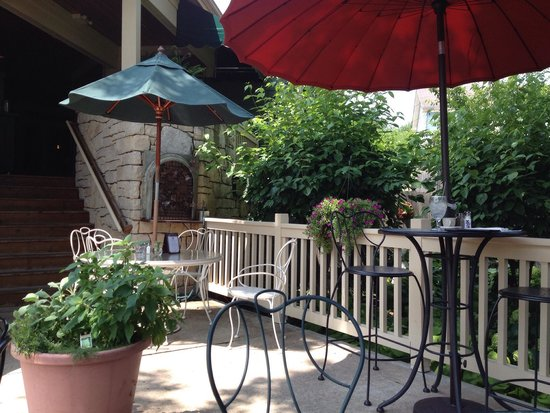 Cobblestone Village Cafe: Delightful small patio in back with a little fountain nestled in among the hostas.