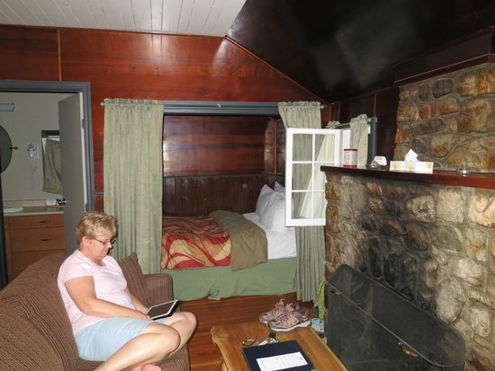 Tekarra Lodge: Our cozy cabin with one of the separate sleeping areas.