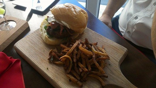 Salt Gastrobar: Juicy burger