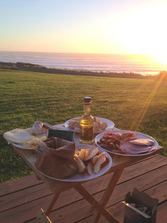 The Yachats Inn: Sunset picnic on the deck (with borrowed plates from kitchen!)