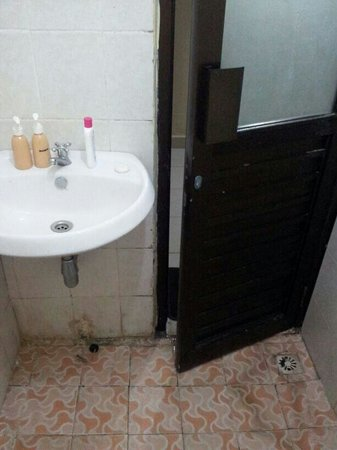 Ayu Guna Inn : Completly disgusting bathroom!!!
