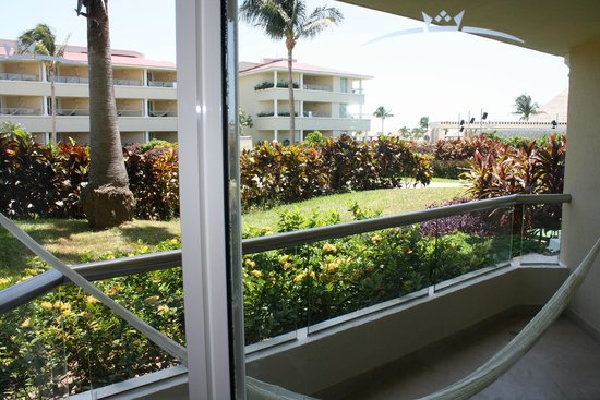 Moon Palace Golf & Spa Resort: This is the view of the courtyard from our suite.  Not impressive