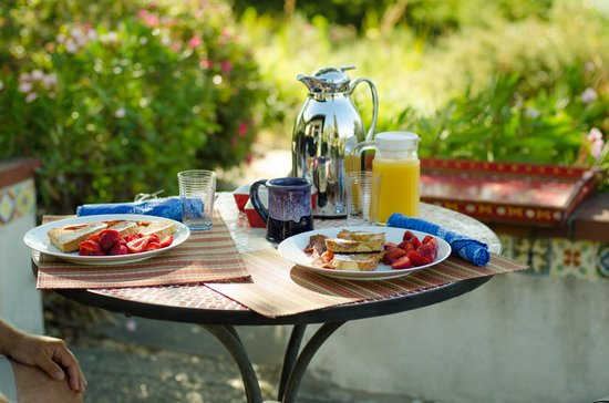 The Casitas of Arroyo Grande: Gourmet Breakfast: French toast with bacon and fresh fruit