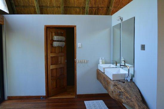 Victoria Falls River Lodge - Zambezi Crescent: Bathroom