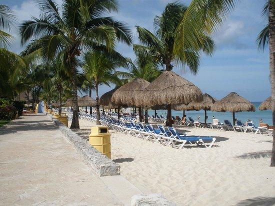 Allegro Cozumel: Beach near open bar