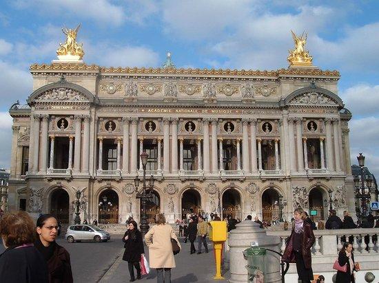 Opéra Garnier : Palais Garnier visto desde la salida del metro.