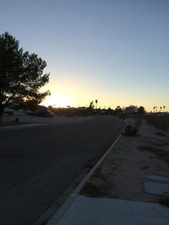 Super 8 Barstow: Sunset over the Hotel
