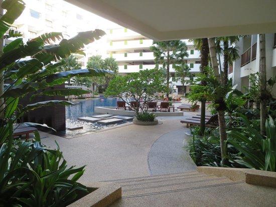 Deevana Plaza Phuket Patong : プールサイドへ