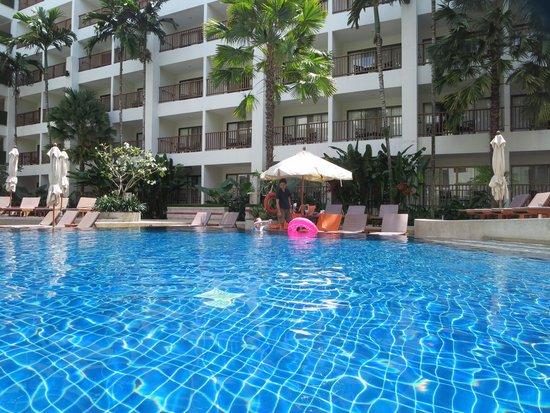 Deevana Plaza Phuket Patong : プールバーでのんびり