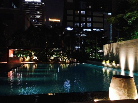 COMO Metropolitan Bangkok: pool at night